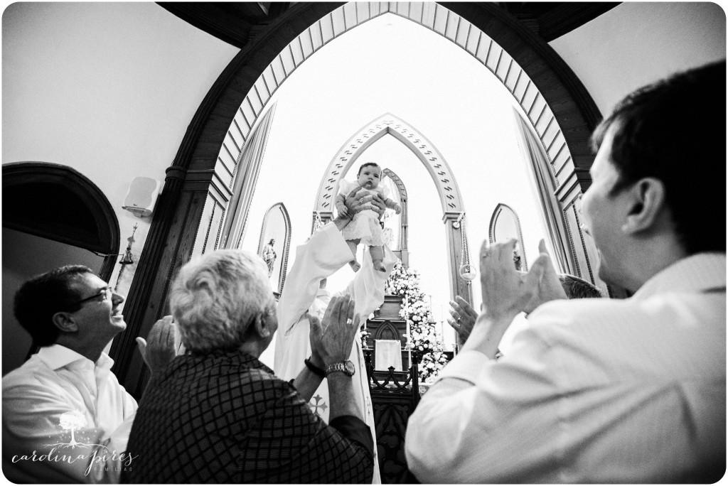 bebê sendo apresentada na Igreja Católica, batizado